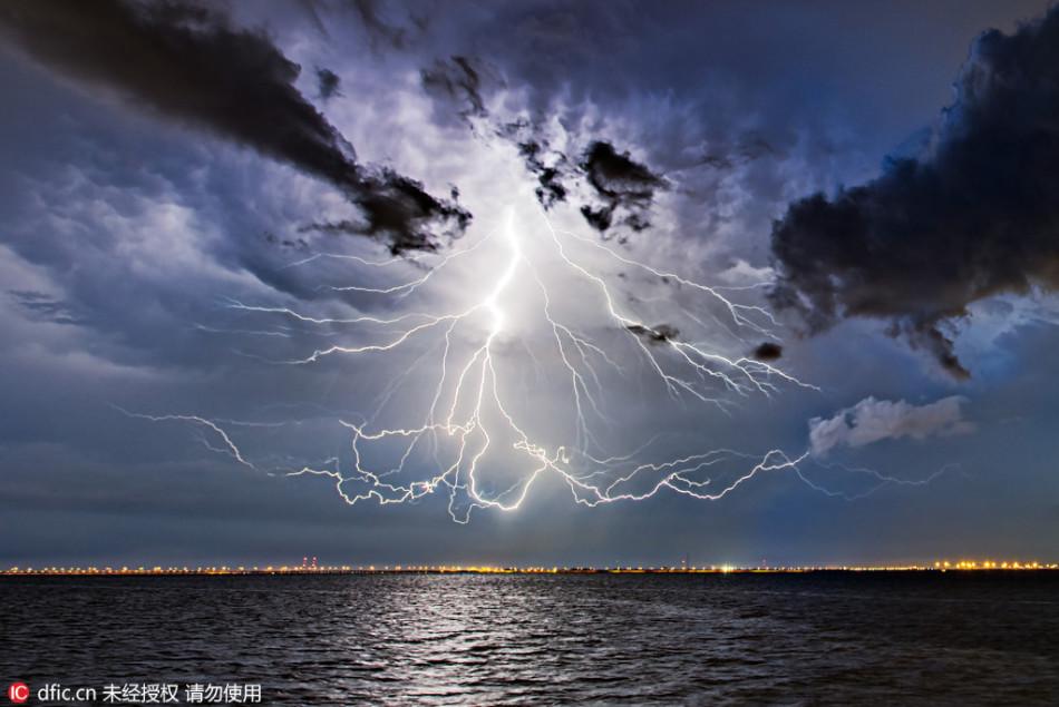 美国摄影师捕捉悬浮闪电奇观 场面震撼