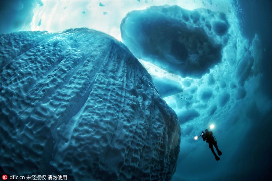 摄影师潜入30米深海拍摄海底冰山 画面极为壮观