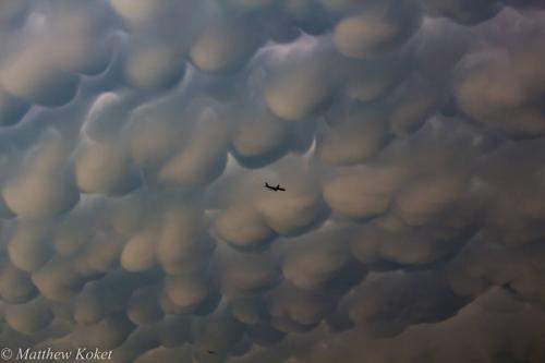 美国上空现壮观云海异象 密集恐惧者惊呆