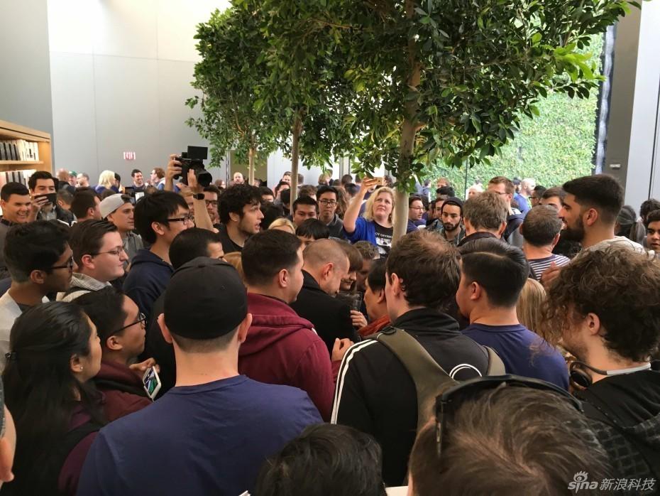 果零售店于周六开业,吸引了大量人群的排队.艾维此次挤在了人群