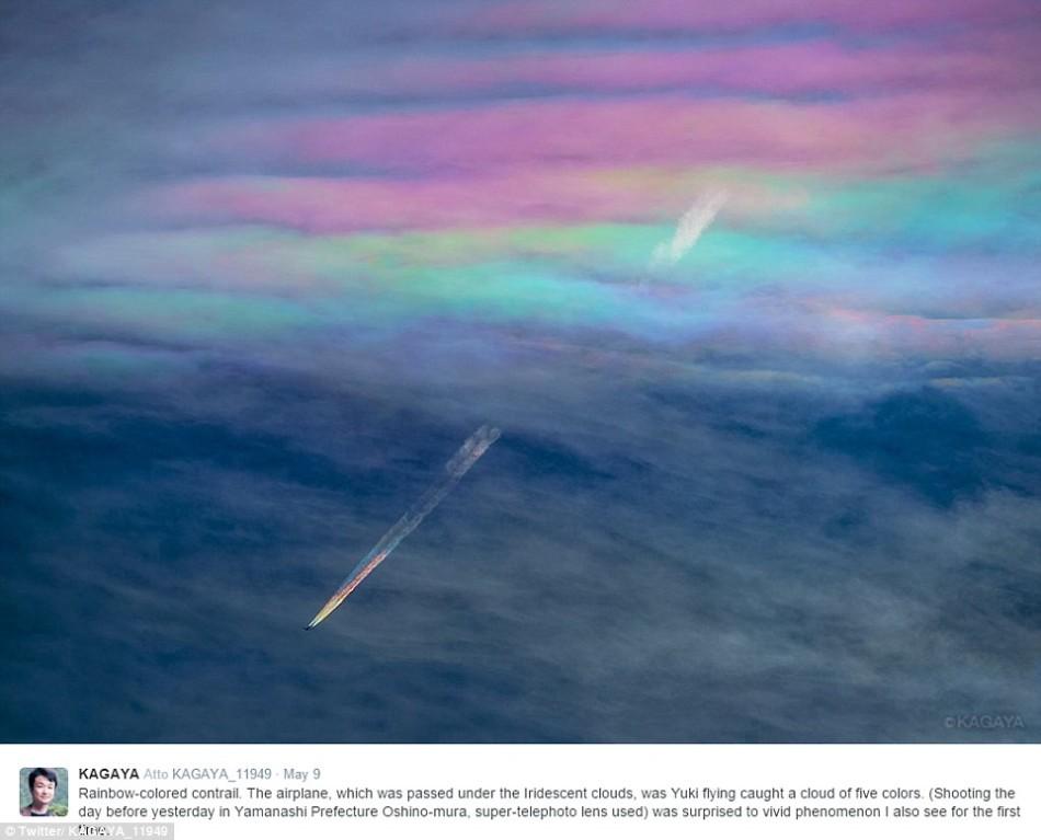 """最美的云彩:飞机喷射出涟漪状""""飞机彩虹"""""""