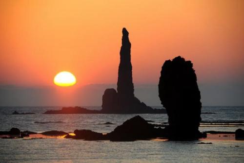 """北海道现奇观""""蜡烛岩""""点燃朝霞景色壮美"""
