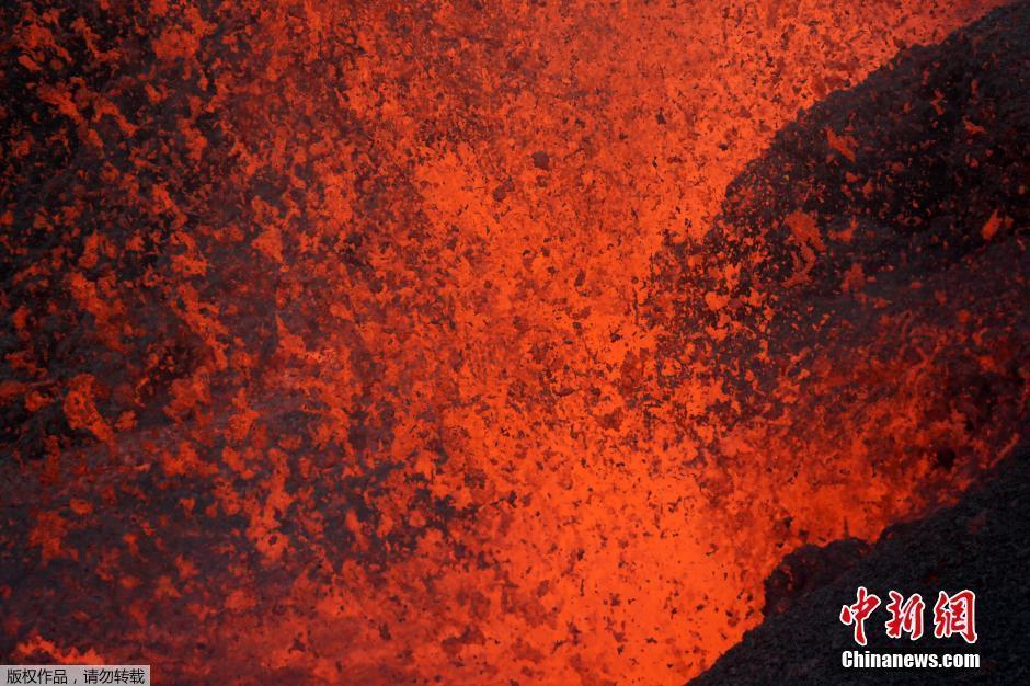 法国火山爆发 熔岩崩裂喷涌而出