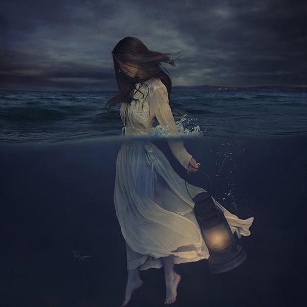 昏暗里的妙影生花 惊为天人的女摄影师自拍照