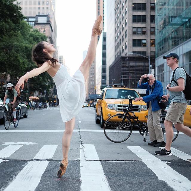 喧嚣中的优雅 纽约街头的芭蕾舞者