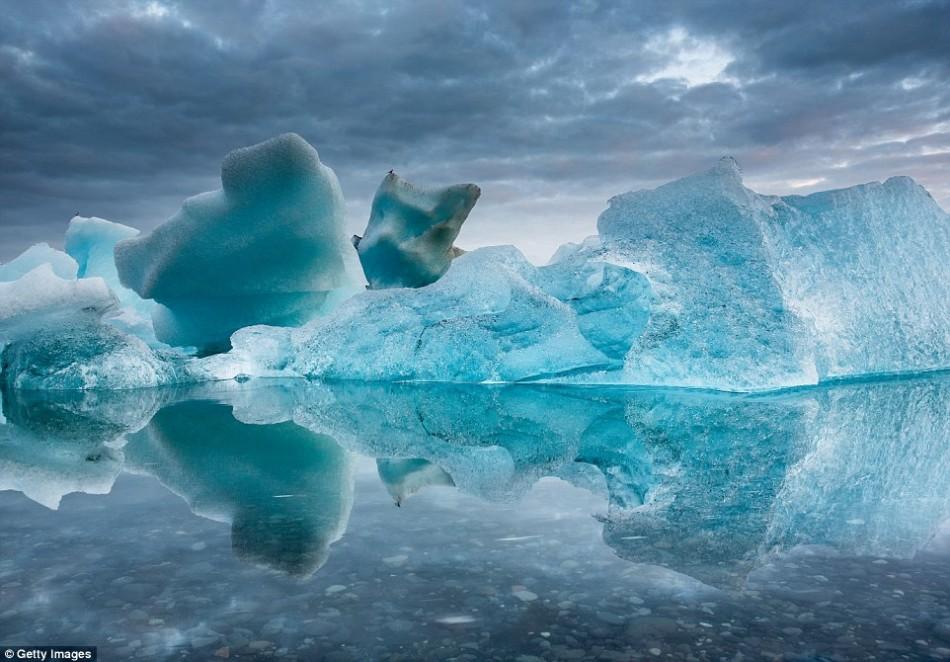 壮观冰山美图:消融冰体倒映于晶莹海面上