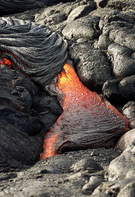 夏威夷火山爆发 高温熔浆流淌成奇观