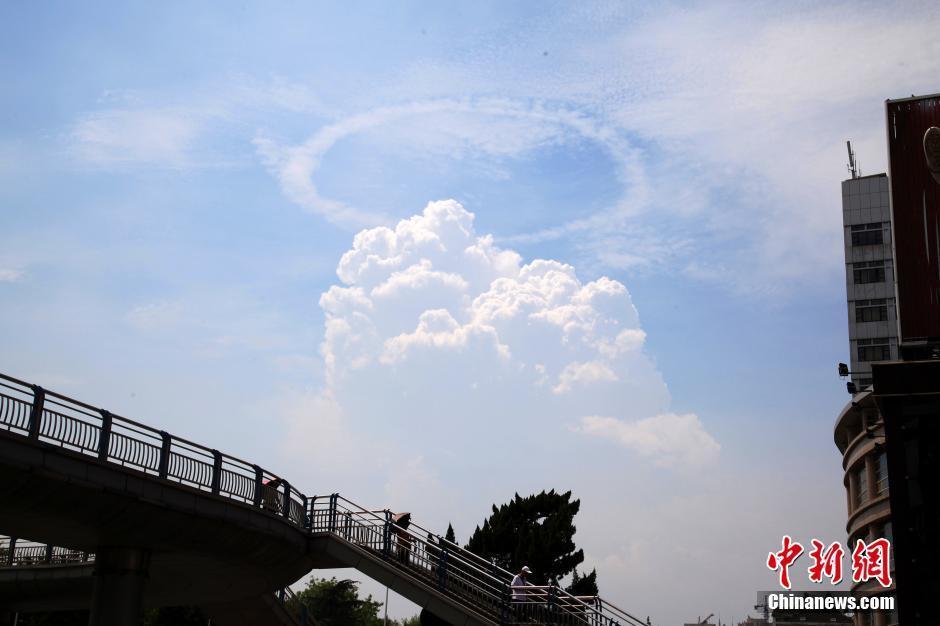 """安徽铜陵上空现罕见""""环状云""""奇幻美景"""