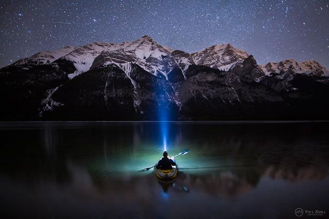 极地夜空下的壮丽落基山风光