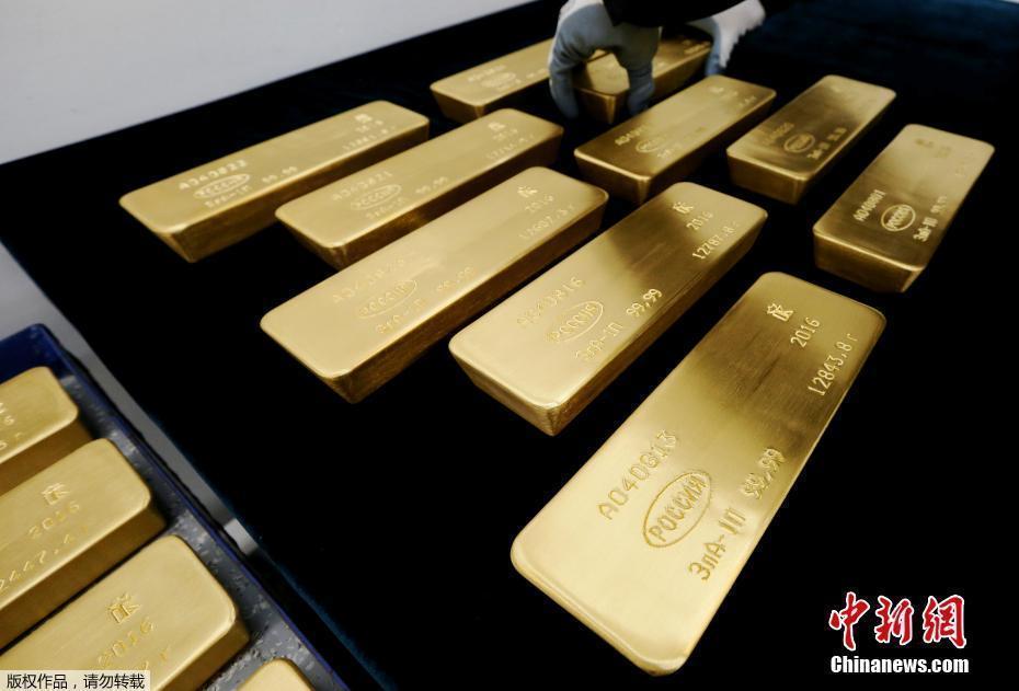 探秘俄罗斯贵金属冶炼厂 巨大金条晃眼