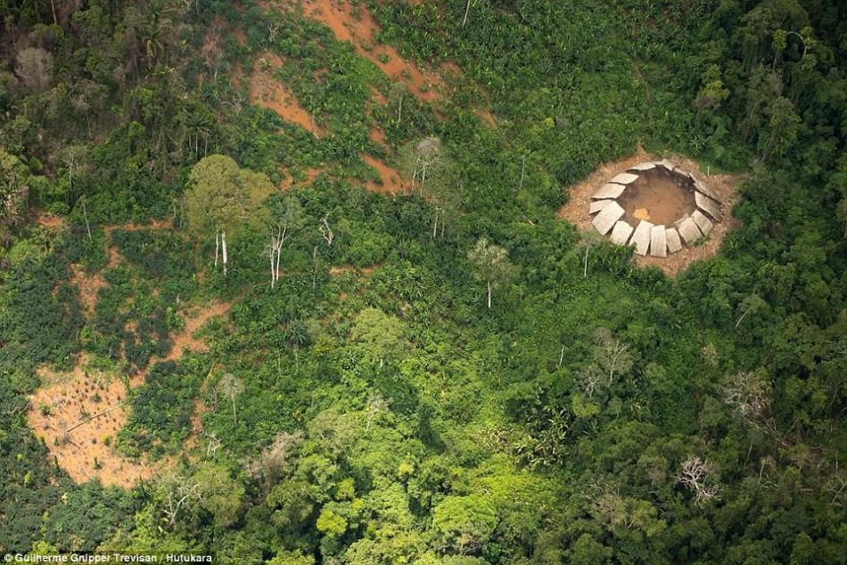 亚马逊与世隔绝原始部落见到无人机:一脸惊奇