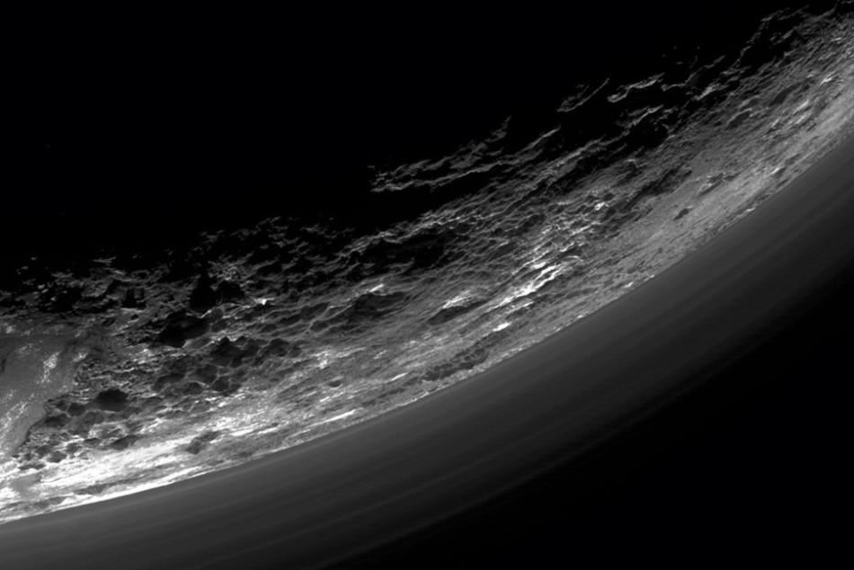 近距离飞越木星附近时拍摄的3张黑白图像合成得到的