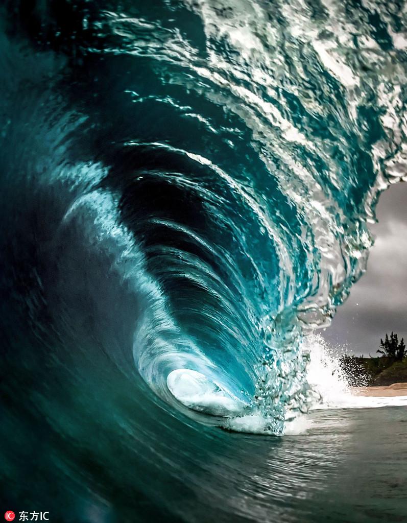 暴风将至海面翻腾:超近距离拍摄唯美海浪