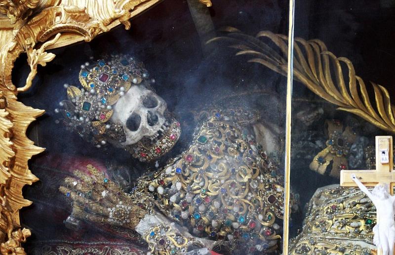 """德国修道院现两具""""最奢华骷髅"""":头戴镶钻皇冠"""