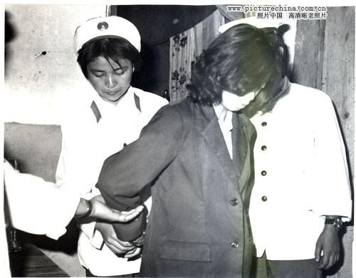 公审女犯-年严打时期集体公审 流氓犯  1983年严打时期旧照图片