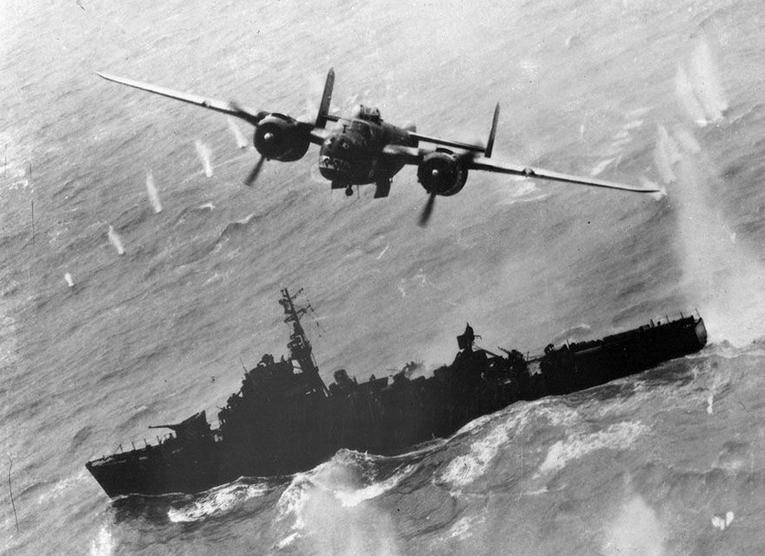 1945年4月,台湾外海,一架北美飞机公司的b-25轰炸机