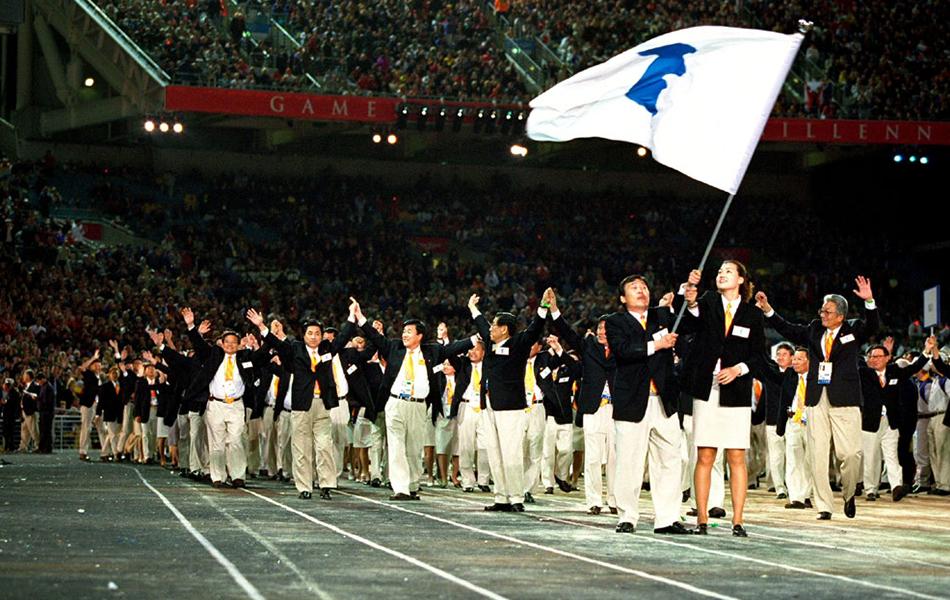 悉尼奥运会开幕式,朝韩双方使用象征朝鲜半岛统一的旗帜携手入场.