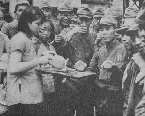 """日军摆拍失败的""""亲善""""照片"""