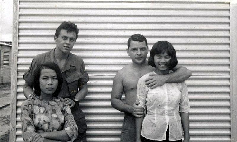 又唱又跳还陪觉:越战南越美女慰劳美军照