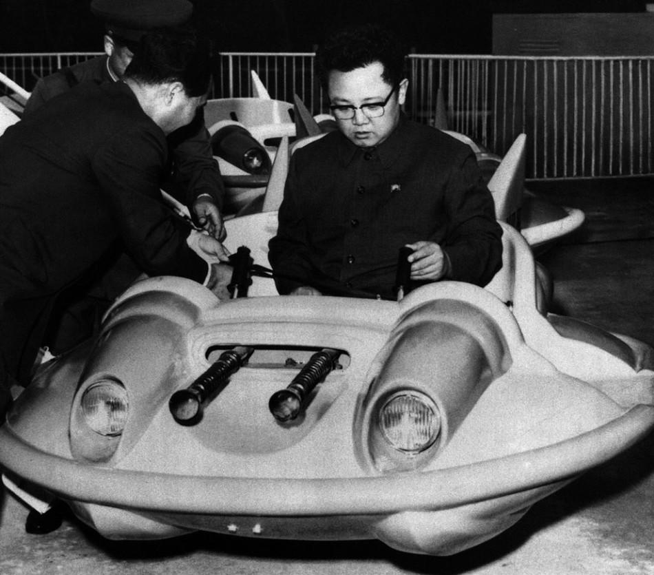 亲自检测儿童车:旧照中的金正日