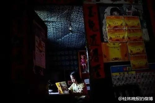 桂林资源县12岁女孩当父亲的手