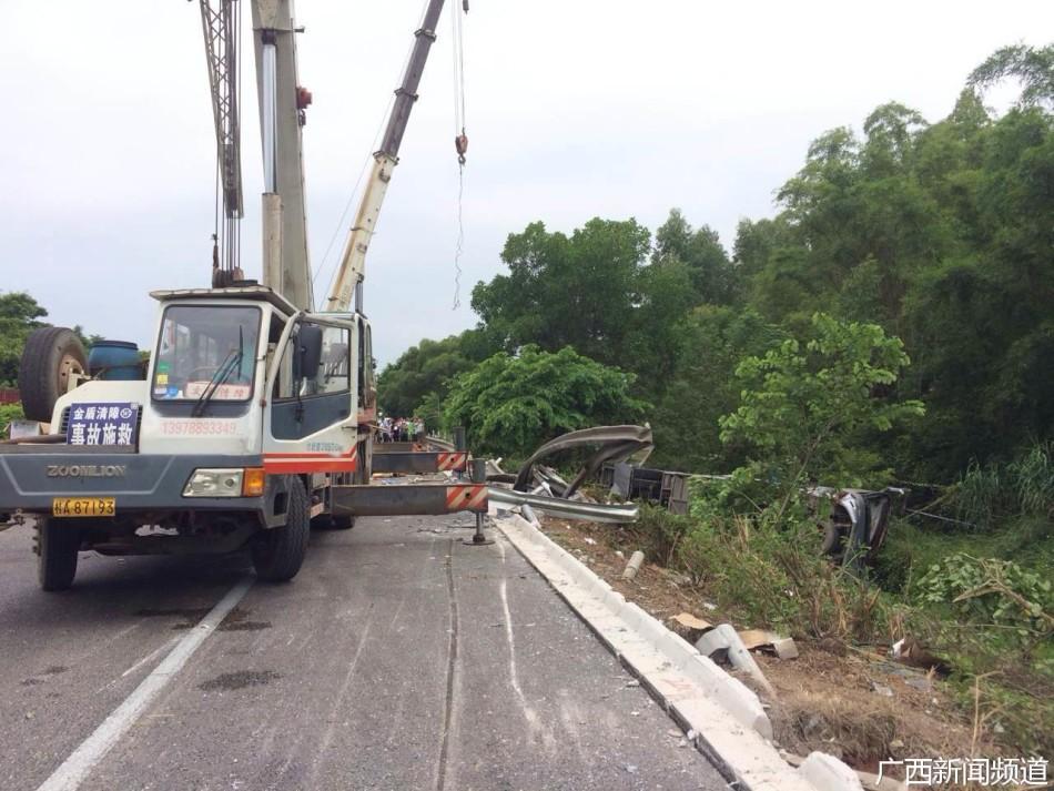 广昆高速大客车翻车致10人死亡