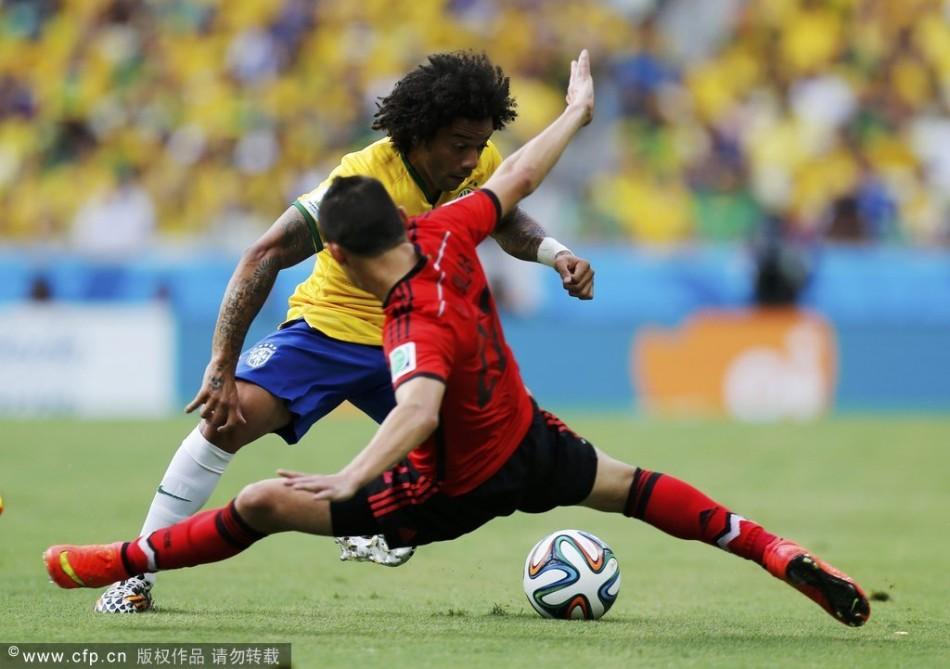 2014巴西世界杯,为了生死一线的进球,有时候球员不得不使出劈叉神图片