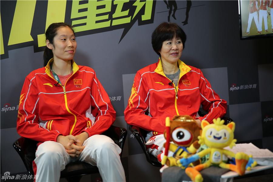 腐书网双龙入一洞-郎平率中国女排队员做客新浪