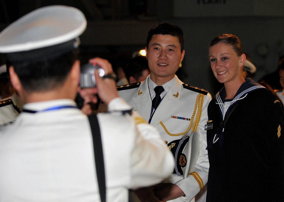 中国海军中尉与澳军女兵合影