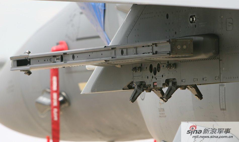 机翼下方的复合导弹挂架
