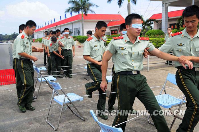 """为主题,开展了""""气球传递""""""""信任之?-海南海警部队开展心理行为图片"""