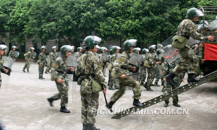 广东武警部队进行维稳巡逻演练打击违法犯罪行为图片