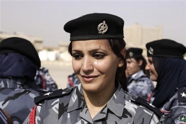 经过专定的警察科目培训后正式毕业,其中还包括50名女警察.他们