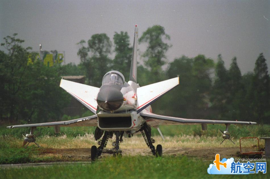 歼-10:不用飞起来  原地不动就让你觉的凶猛!
