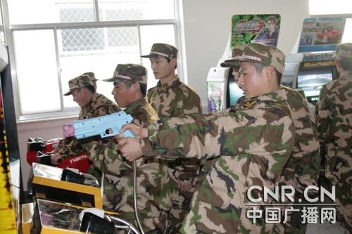 武警部队为新兵配备专业健身房游戏室图片