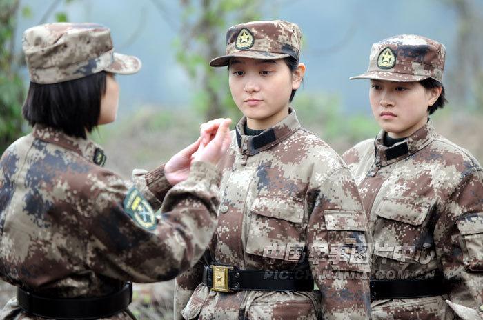 我军女大学生新兵完成首次手榴弹投掷训练[12P]