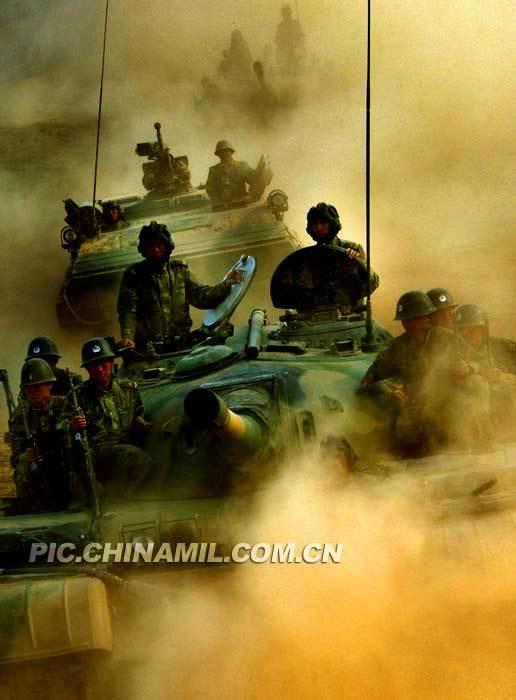 实拍中国陆军炮兵部队坦克部队进攻作战