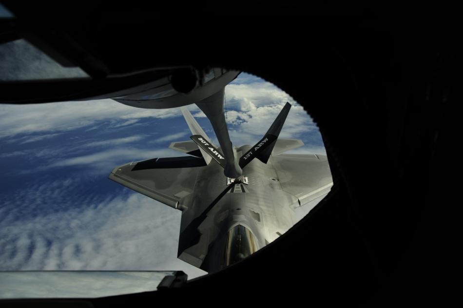 美军公开F-22A猛禽战机空中加油全过程图