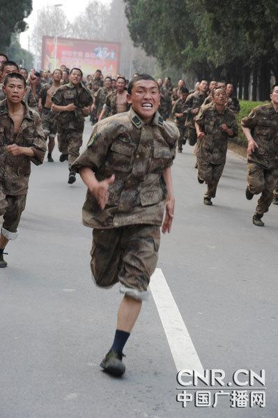 解放军开始对2010届新兵进行单兵科目考核
