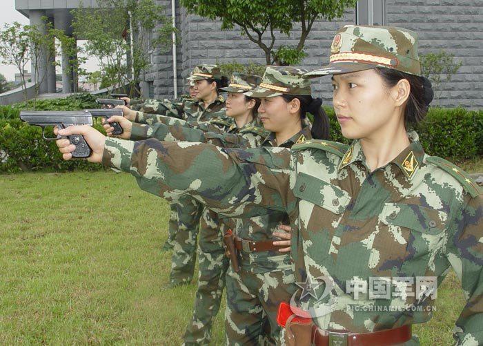 组图 武警解放军男兵女兵苦练军事技能