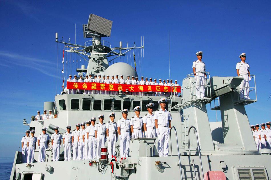 全体官兵庄严地向国旗敬礼 新华社记者 查春明 摄