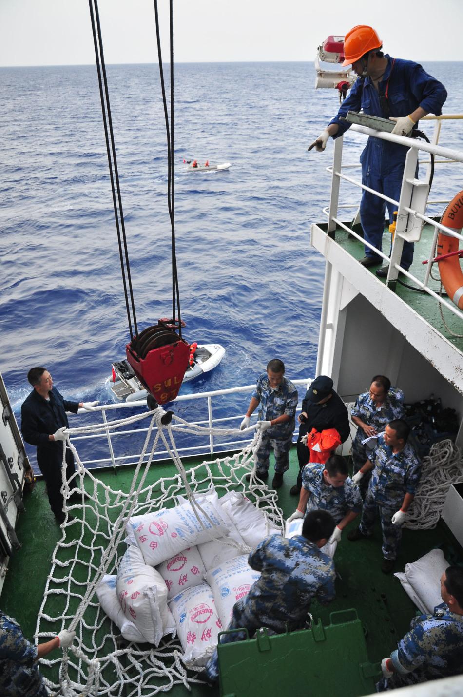 中国海军第五批护航编队首次依托商船进行补给