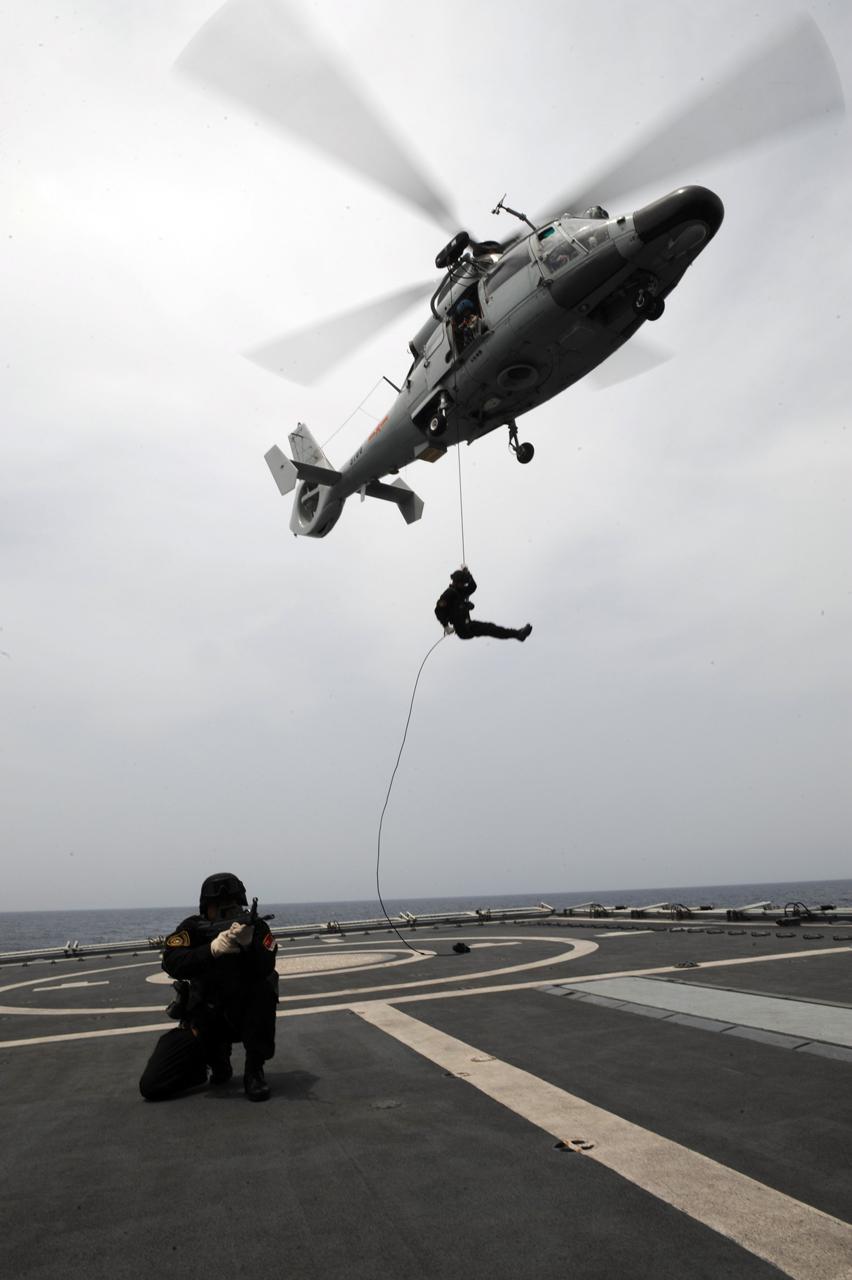 组织进行了复杂海况下直升机起降,特战队员模拟登船滑降与回收训练