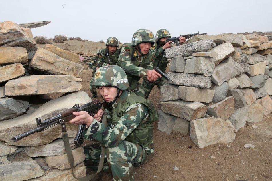 驻新疆武警部队大学生新兵深山戈壁练实战技能图片
