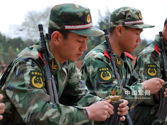 驻福建武警部队组织新兵实弹射击图片