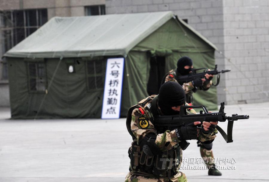 武警新疆边防部队新兵演练反恐处突作战图片