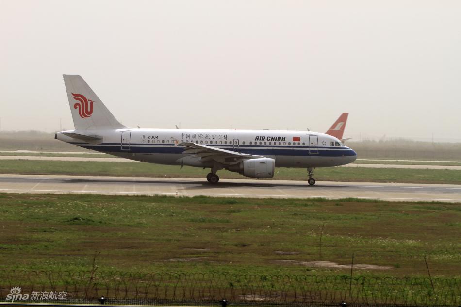 佛山信  机电员吴国军对一架即将起飞的空客a-319客机的发动机涡轮.图片