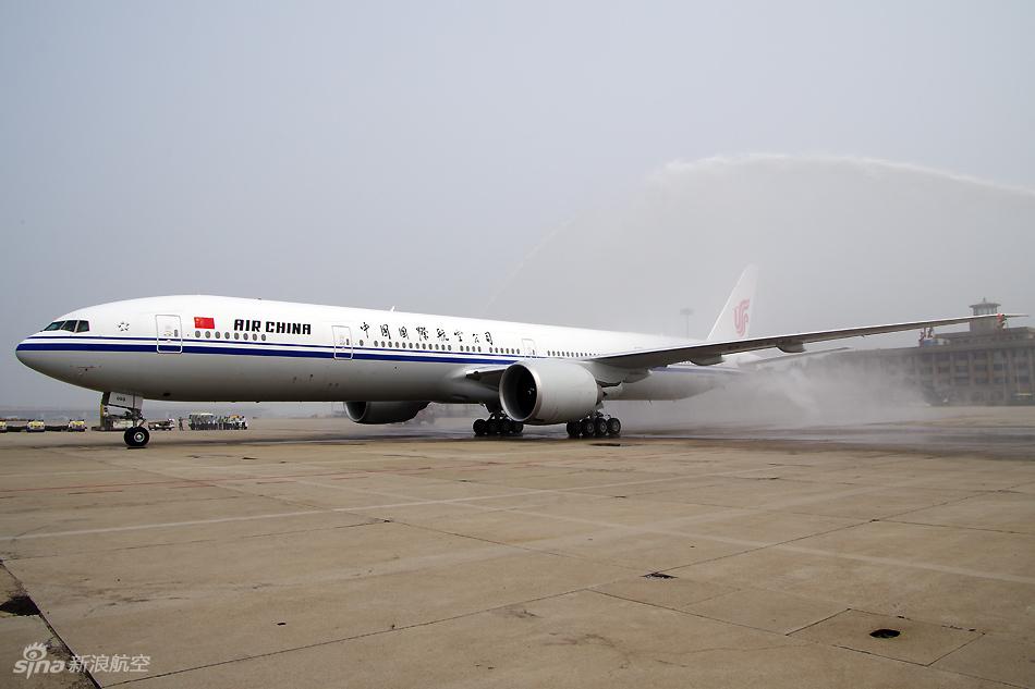 色播777_国航首架波音777-300er客机飞抵首都机场