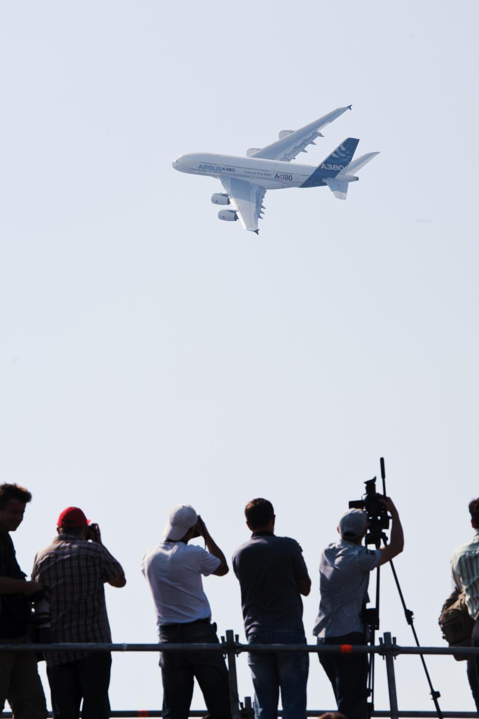 摘要: 俄罗斯别200两栖飞机空中洒水 / A380客机飞行表演 / AH-158型飞机飞行表演 / F-15E战斗机表演大仰角慢速通场 / F-15E战机大仰角起飞 / 参展观众观看AH-158飞机表演 / ...