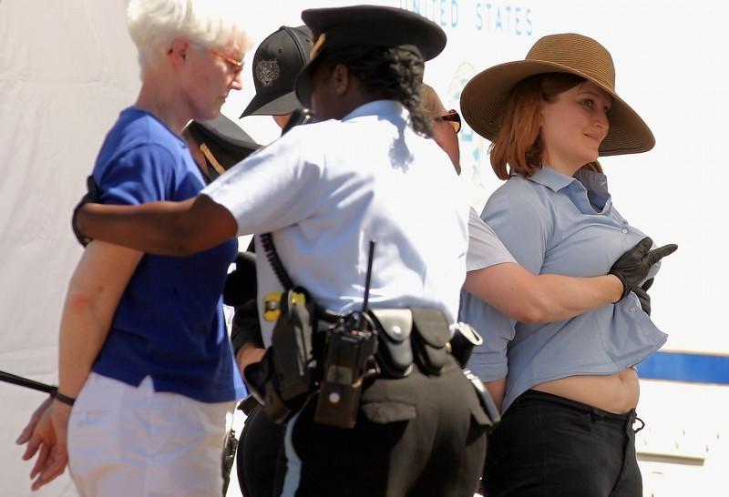 美国女警察对被逮捕女示威者进行粗暴搜身